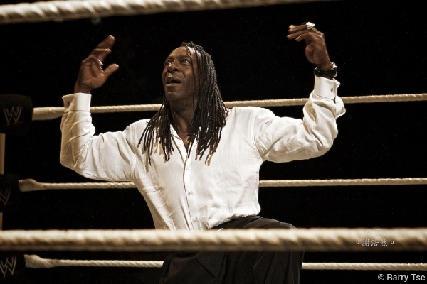 wwe-2011-tour-booker-t-spinaroonie