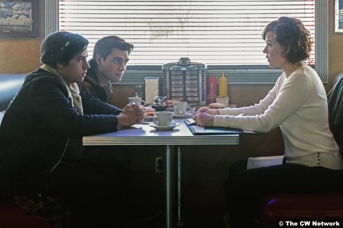 Riverdale S01e12 Cole Sprouse Kj Apa Jughead Archie Molly Ringwald