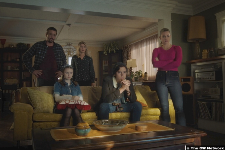 Riverdale S05e02 Skeet Ulrich Mӓdchen Amick Trinity Likins Cole Sprouse Lili Reinhart as FP Alice Jellybean Jughead and Betty