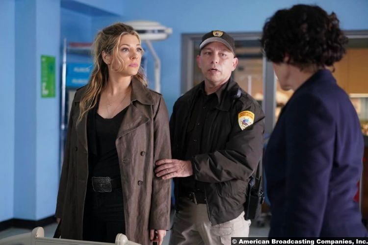Big Sky S01e08 Katheryn Winnick and Guy Fauchon as Jenny Hoyt and the deputy on guard