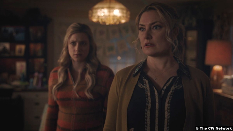 Riverdale S05e10 Lili Reinhart and Mädchen Amick as Betty and Alice Cooper