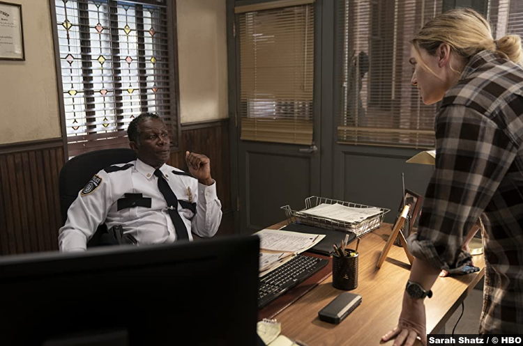 S01E01 John Douglas Thompson and Kate Winslet as Chief Carter and Mare Sheehan