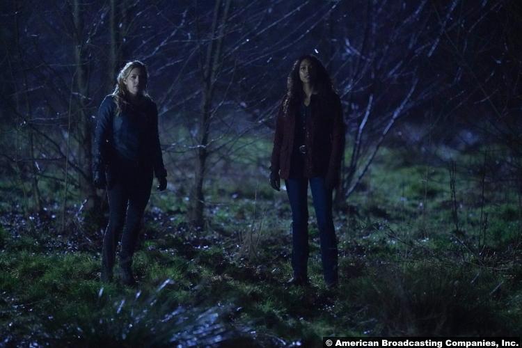 Big Sky S01e15: Katheryn Winnick and Kylie Bunbury as Jenny Hoyt and Cassie Dewell