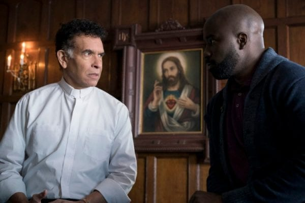Evil S01e05: Brian Stokes Mitchell and Mike Colter as Father Mulvehill and David Acosta