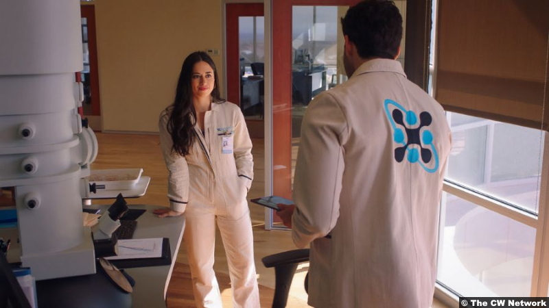 Roswell, New Mexico S03e01: Jeanine Mason and Steven Krueger as Liz Ortecho and Heath