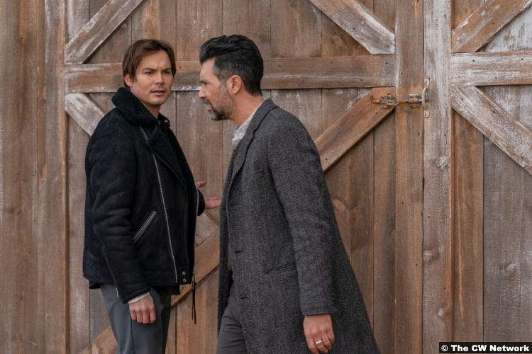 Roswell, New Mexico S03e07: Tyler Blackburn and David DeSantos as Alex Manes and Eduardo Ramos