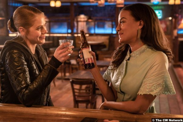 Roswell, New Mexico S03e08: Lily Cowles and Heather Hemmens as Isobel Evans and Maria DeLca