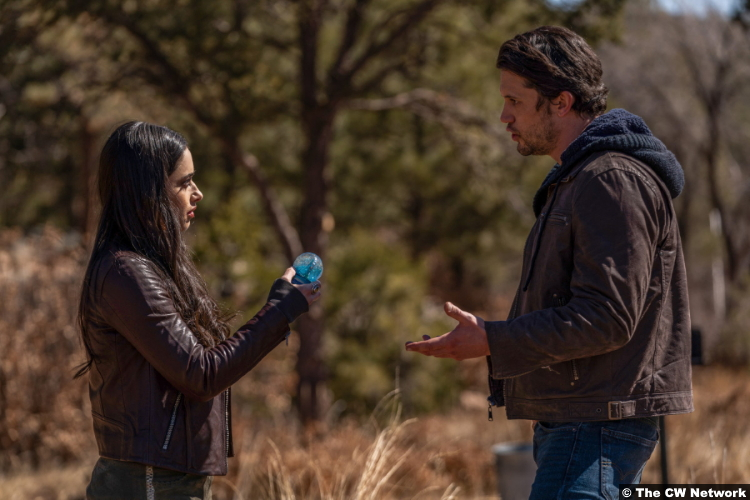 Roswell, New Mexico S03e09: Jeanine Mason and Nathan Parsons as Liz Ortecho and Max Evans