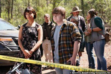 Big Sky S02e03: Janina Gavankar and Jeremy Ray Taylor as Ren and Bridger