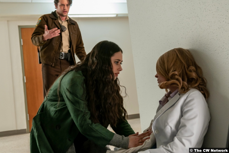 Roswell, New Mexico S03e10: Nathan Parsons, Jeanine Mason and Natalie Jane Shields as Max Evans and Liz Ortecho