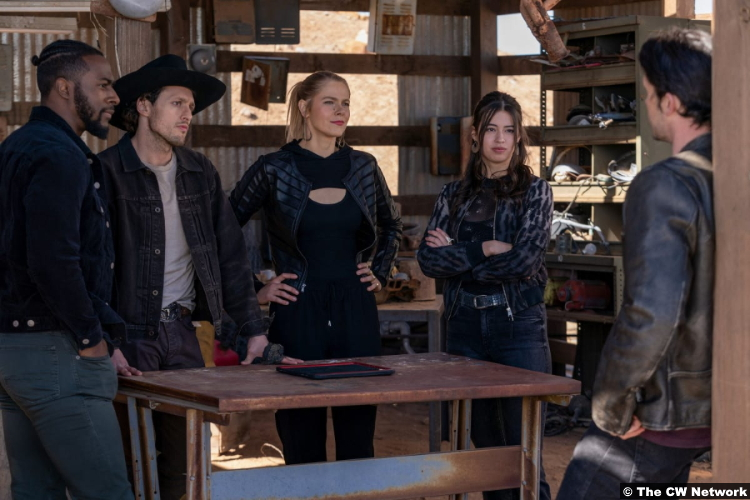 Roswell, New Mexico S03e11: Quentin Plair, Michael Vlamis, Lily Cowles, Amber Midthunder and Nathan Parsons as Dallas, Michael, Isobel, Rosa and Max